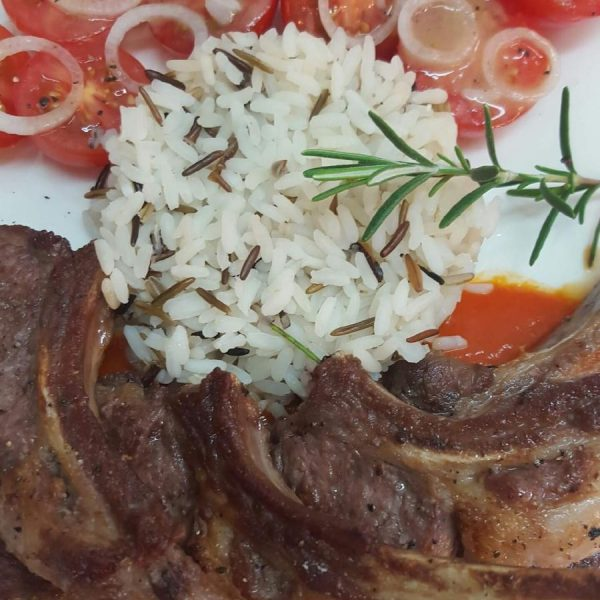 Lamb chops with a touch of rosemary with tomato sauce